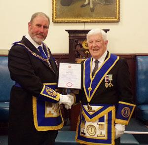 Frank Umbers (left)presents the 50-year certificate to Gordon.